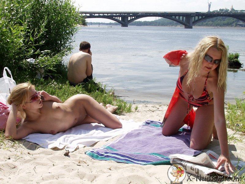 голые девушки на диком пляже блондинки фото